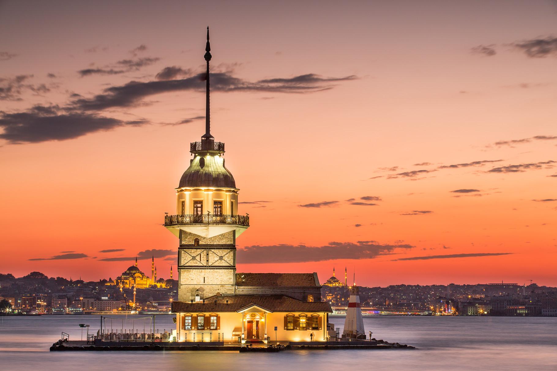 Топ-12 красивых маяков Европы: уникальные здания с историей